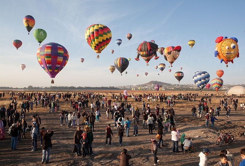 800px-Hot_air_balloons_in_leon_guanajuato_mexico_3