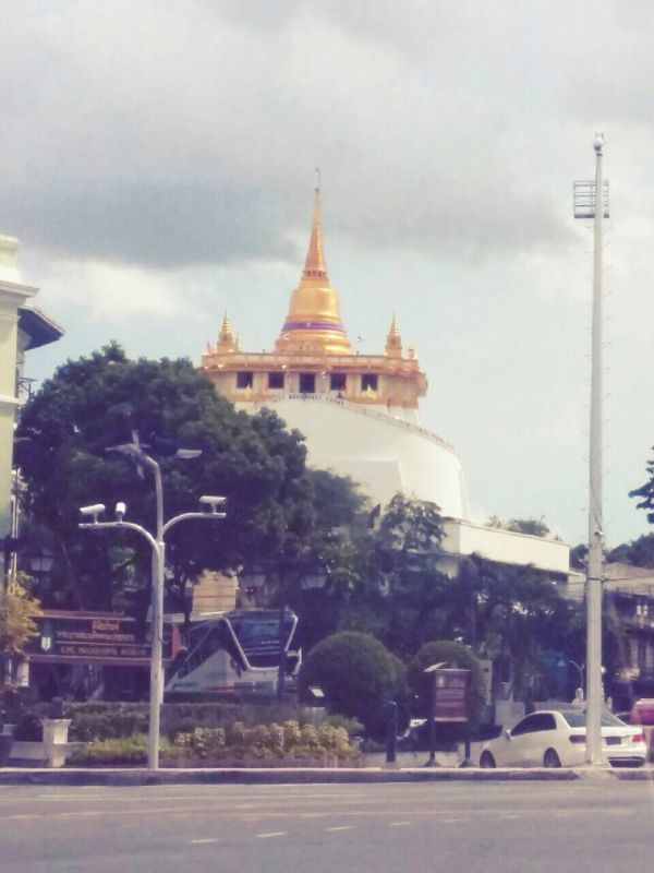 dd_201704260201_golden_mountain_at_wat_saket.jpg